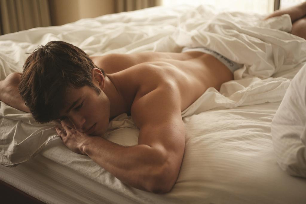 guy-asleep-naked-cute