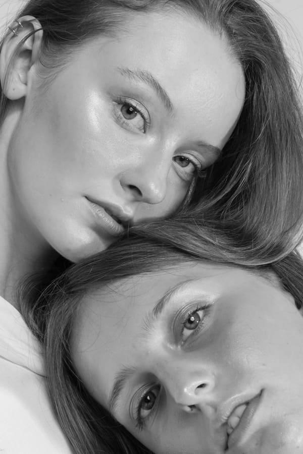Linda & Ita by Lola Banet