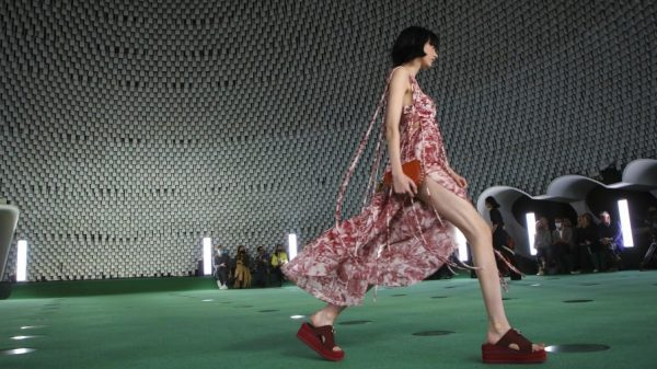 Stella McCartney first welcomes Mylo™ to the runway: a mushroom-based sustainable leather Stella McCartney first welcomes Mylo™ to the runway: a mushroom-based sustainable leather Vanity Teen 虚荣青年 Lifestyle & new faces magazine